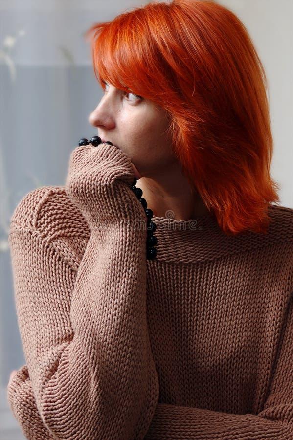 Νέα γυναίκα με το κόκκινο τρίχωμα στοκ φωτογραφία με δικαίωμα ελεύθερης χρήσης