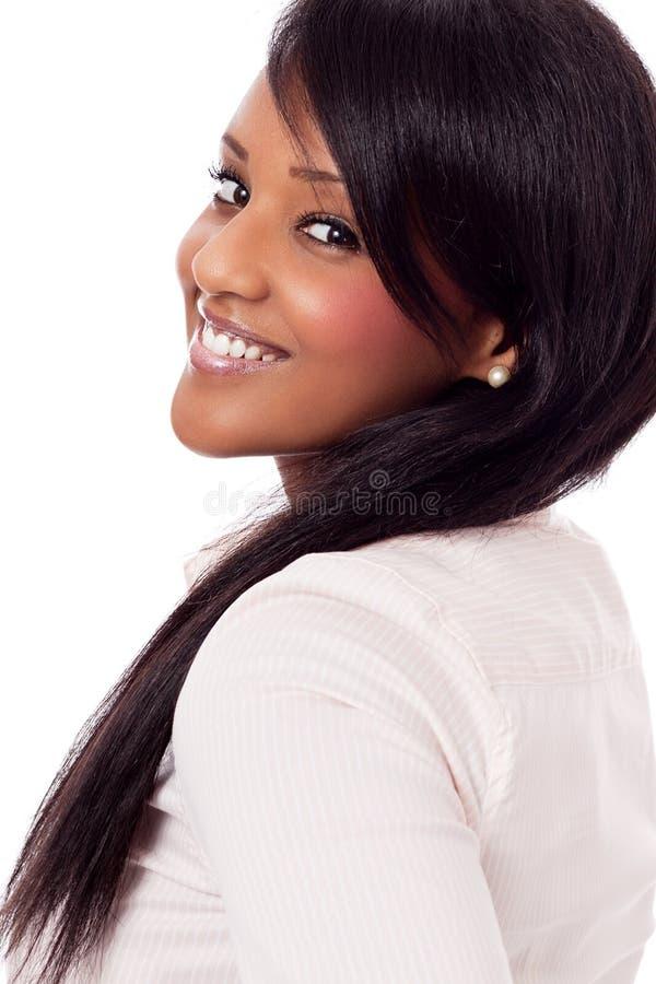 Νέα γυναίκα με το μαύρο απομονωμένο δέρμα πορτρέτο στοκ φωτογραφία