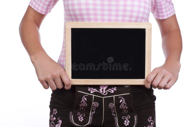 Νέα γυναίκα με το μαύρο παντελόνι πινάκων και δέρματος στοκ φωτογραφία
