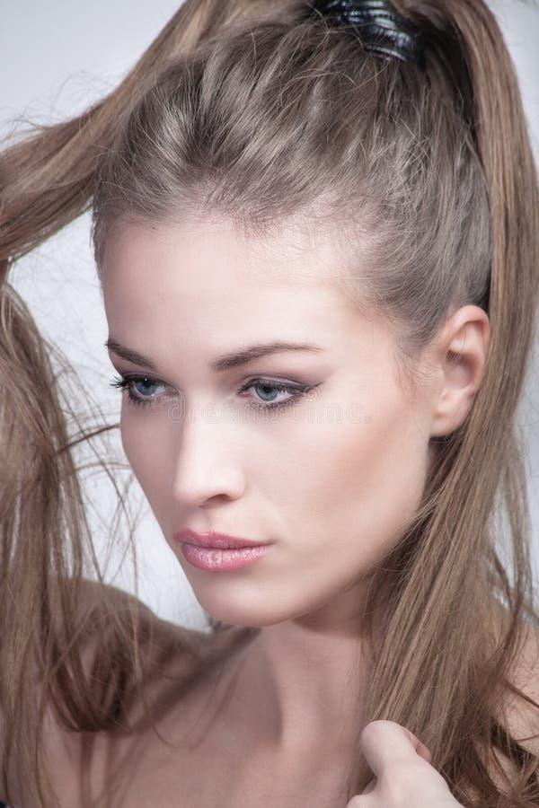 Νέα γυναίκα με το πορτρέτο ομορφιάς ponytail στοκ εικόνες