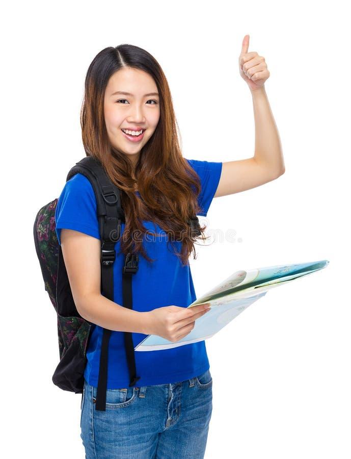 Νέα γυναίκα με το σακίδιο πλάτης, το χάρτη και τον αντίχειρα επάνω στοκ φωτογραφία με δικαίωμα ελεύθερης χρήσης