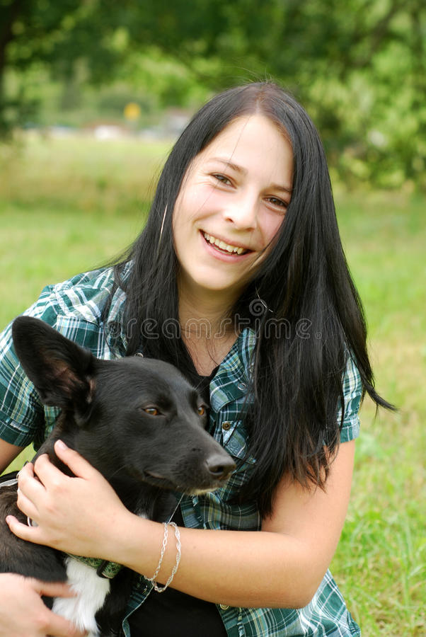 Νέα γυναίκα με το σκυλί στοκ φωτογραφίες