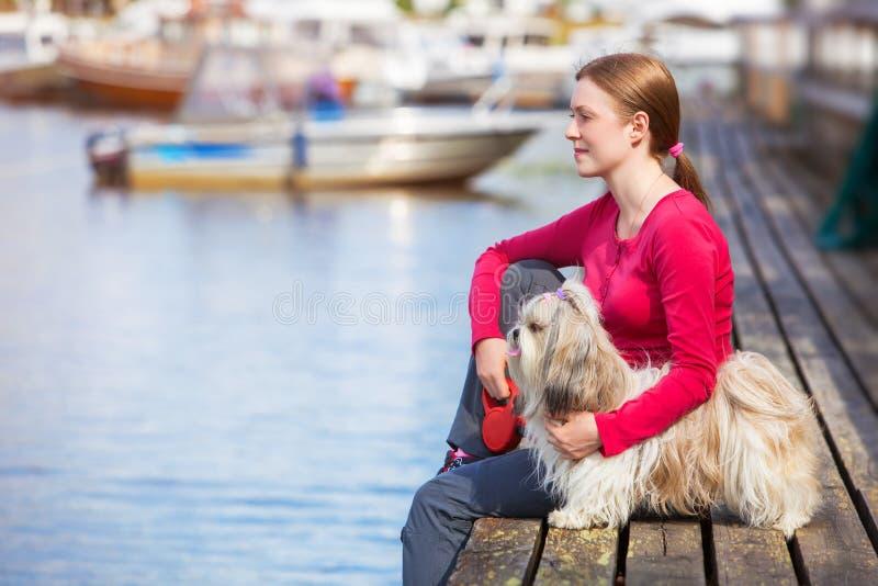 Νέα γυναίκα με το σκυλί shih-tzu στοκ φωτογραφίες