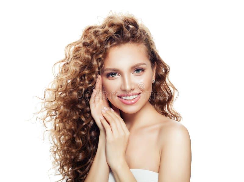 Νέα γυναίκα με το υγιές δέρμα και την ξανθή σγουρή ομορφιά haira, cosmetology, την του προσώπου επεξεργασία και το wellness στοκ φωτογραφία