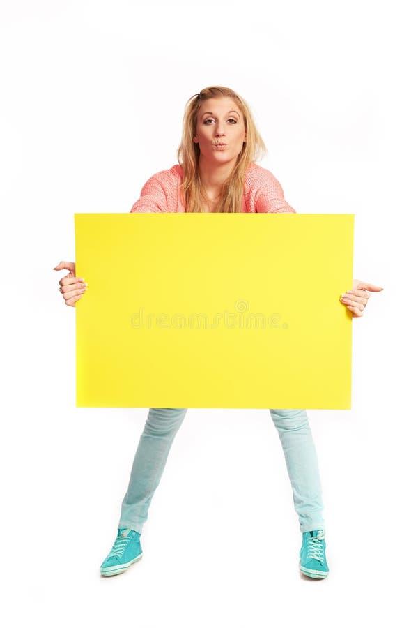 Νέα γυναίκα με το φοβιτσιάρες κίτρινο σημάδι στοκ εικόνα