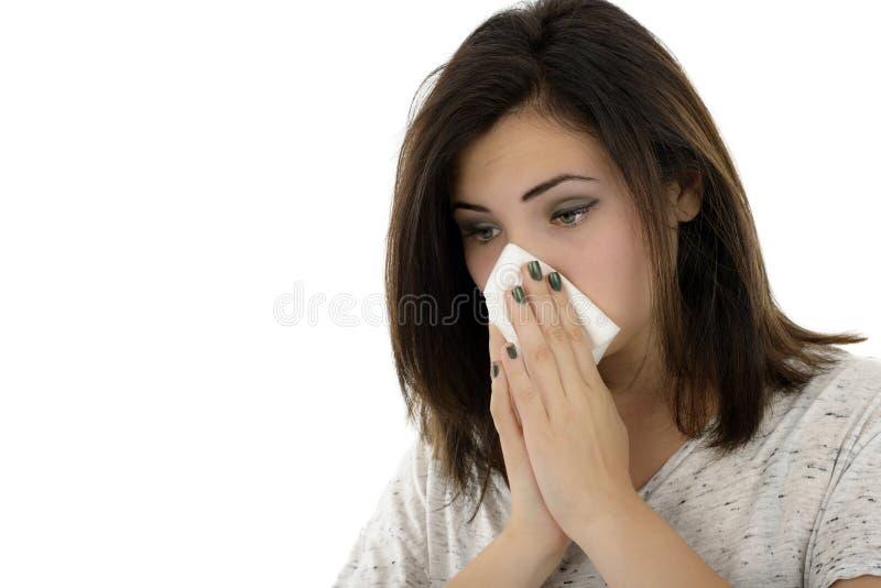 Νέα γυναίκα με το χαρτομάνδηλο που έχει το κρύο στοκ εικόνες