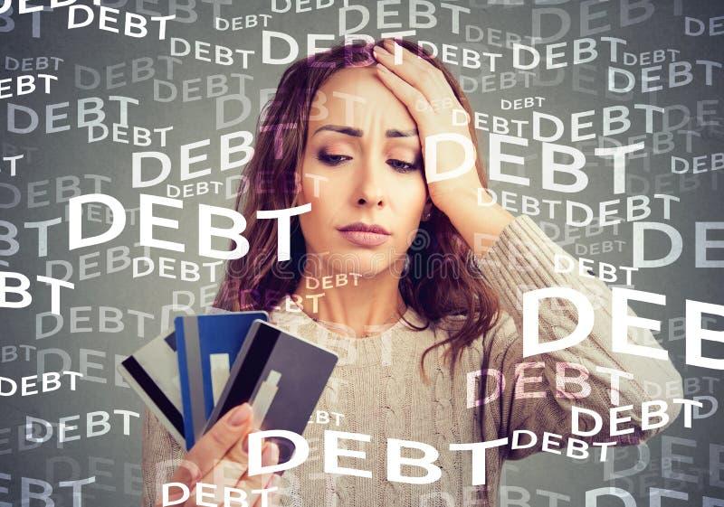 Νέα γυναίκα με το χρέος πιστωτικών καρτών διανυσματική απεικόνιση