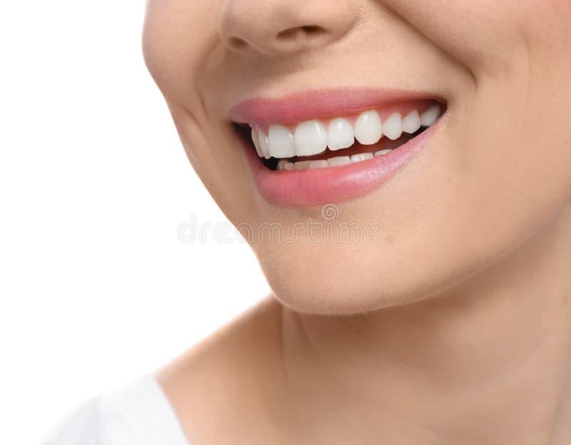 Νέα γυναίκα με το όμορφο χαμόγελο στο άσπρο υπόβαθρο στοκ φωτογραφία