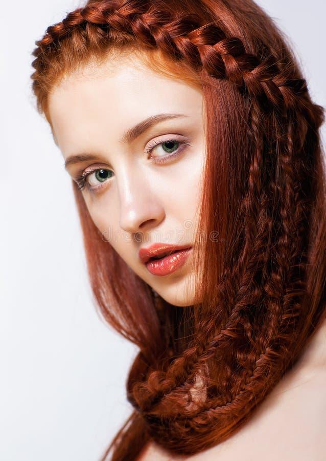 Νέα γυναίκα με το hairdo πλεξουδών πιπεροριζών στο άσπρο υπόβαθρο στοκ φωτογραφία με δικαίωμα ελεύθερης χρήσης