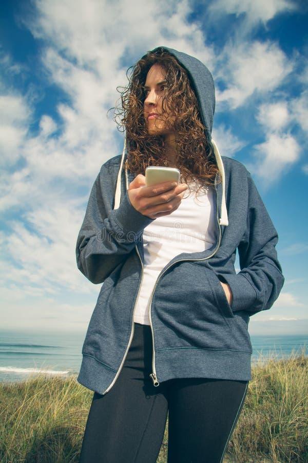 Νέα γυναίκα με το hoodie και sportswear εκμετάλλευση στοκ φωτογραφίες
