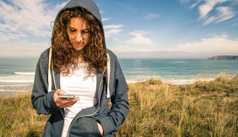 Νέα γυναίκα με το hoodie και sportswear το κοίταγμα στοκ φωτογραφία