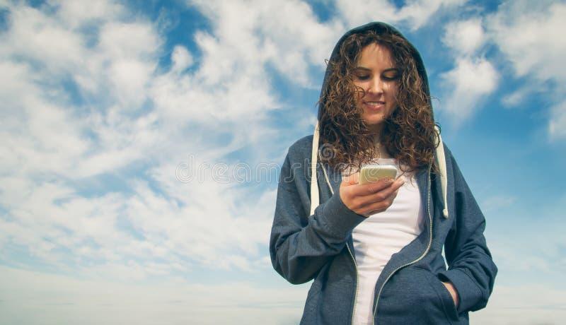 Νέα γυναίκα με το hoodie και sportswear το κοίταγμα στοκ φωτογραφίες