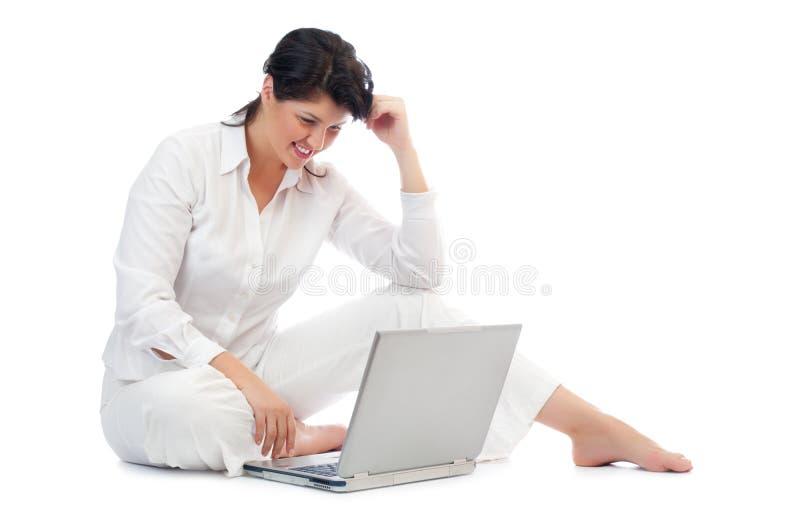 Download Νέα γυναίκα με το lap-top στοκ εικόνες. εικόνα από χαλάρωση - 17051048