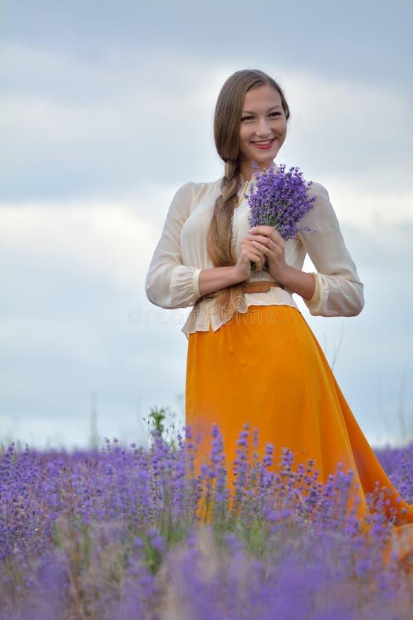 Νέα γυναίκα με lavender στοκ εικόνες