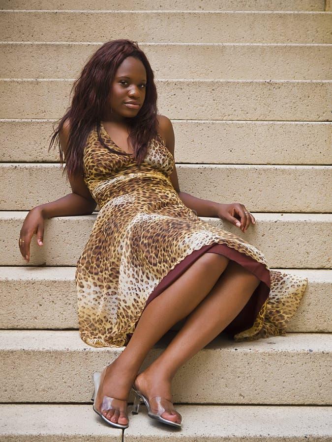 Νέα γυναίκα μόδας στα βήματα στοκ εικόνα