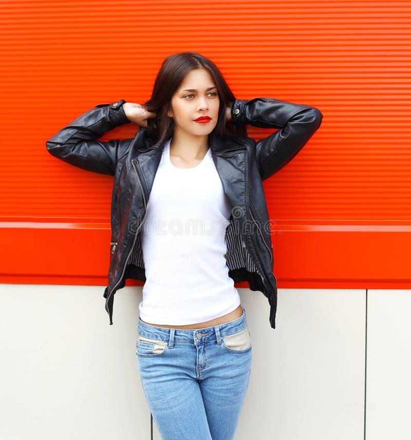 Νέα γυναίκα μόδας αρκετά που φορά ένα μαύρο σακάκι δέρματος βράχου στην πόλη στοκ εικόνες