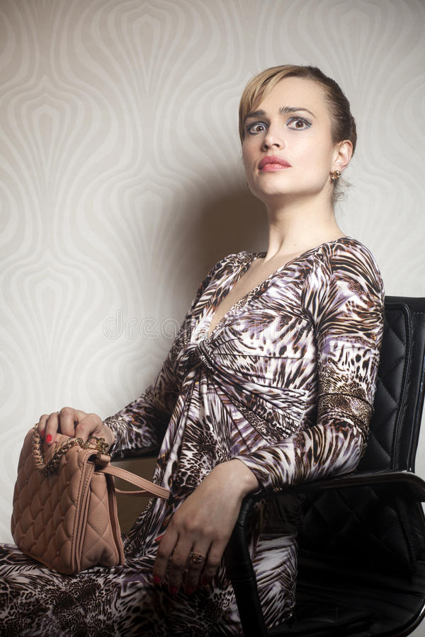 Νέα γυναίκα μόδας με την τσάντα στοκ φωτογραφίες