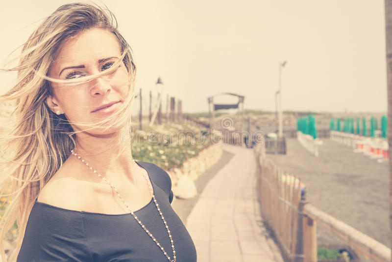 Νέα γυναίκα ξανθή, καλοκαίρι εν πλω Τρίχωμα στον αέρα στοκ φωτογραφίες με δικαίωμα ελεύθερης χρήσης