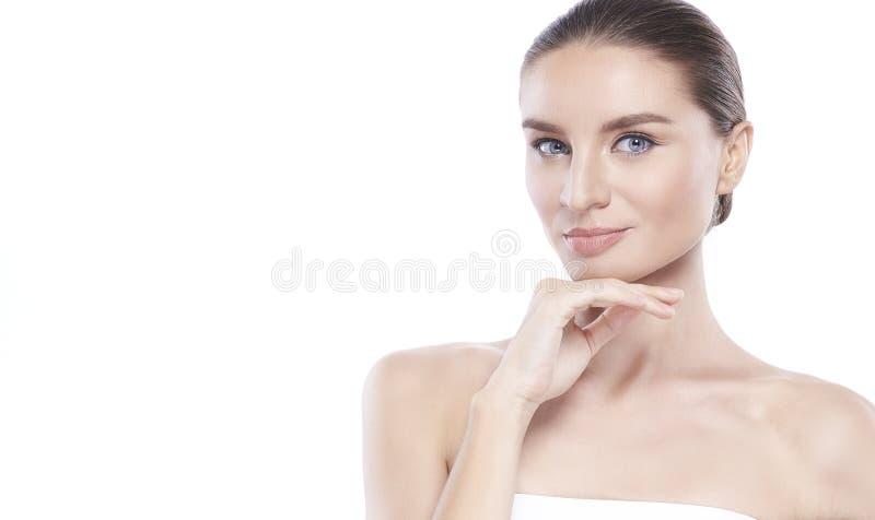 Νέα γυναίκα ομορφιάς με το τέλειο του προσώπου δέρμα Χειρονομίες για τη διαφήμιση treatment spa και cosmetology r στοκ φωτογραφία με δικαίωμα ελεύθερης χρήσης