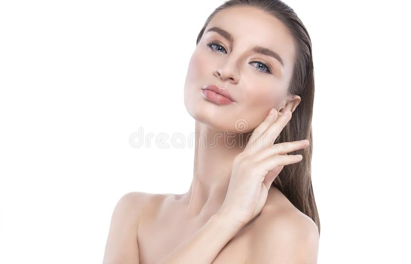 Νέα γυναίκα ομορφιάς με το τέλειο του προσώπου δέρμα Χειρονομίες για τη διαφήμιση treatment spa και cosmetology στοκ φωτογραφία