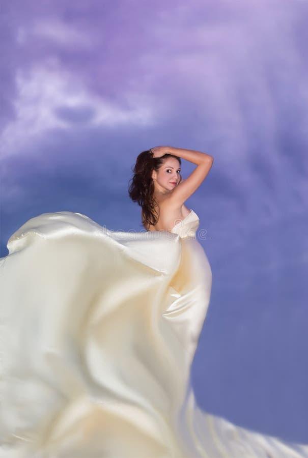 Νέα γυναίκα ομορφιάς στο μπεζ φόρεμα στοκ εικόνα με δικαίωμα ελεύθερης χρήσης