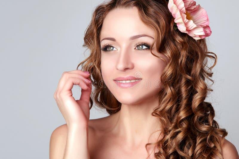 Νέα γυναίκα ομορφιάς Υγειονομική περίθαλψη τέλειο δέρμα στοκ εικόνες με δικαίωμα ελεύθερης χρήσης