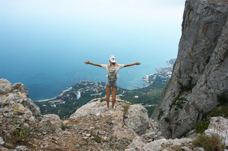 Νέα γυναίκα πάνω από το βουνό στοκ φωτογραφίες