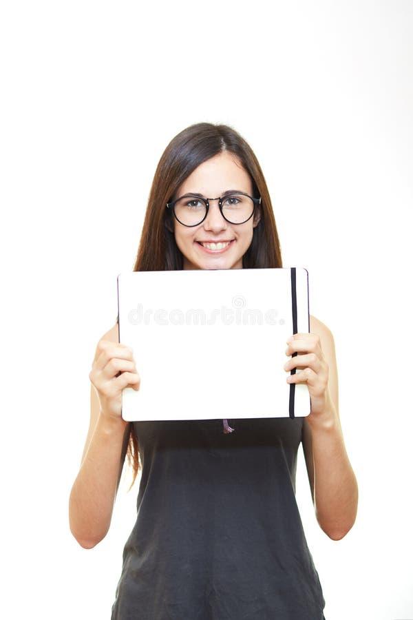 Νέα γυναίκα πορτρέτου στα γυαλιά που απομονώνεται πέρα από το άσπρο υπόβαθρο χ στοκ εικόνες