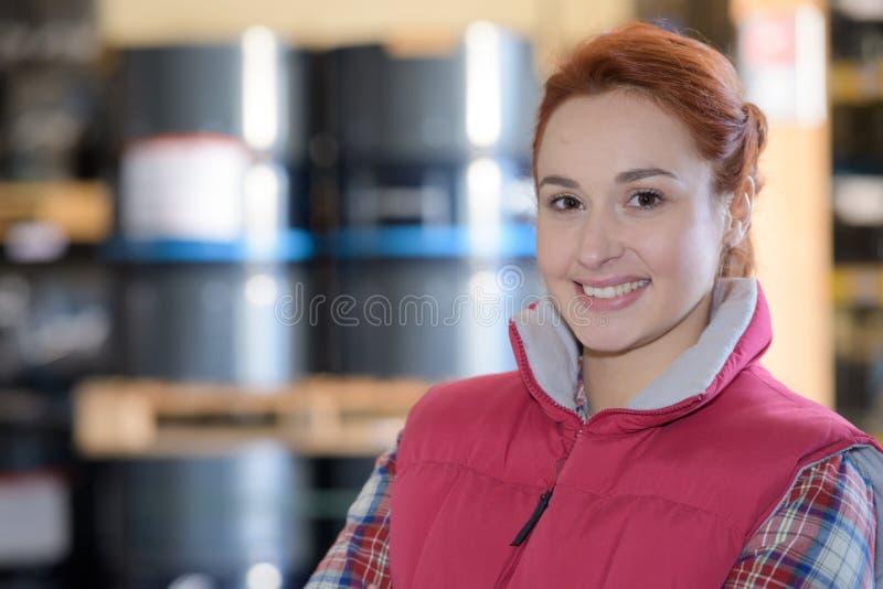 Νέα γυναίκα πορτρέτου στην αποθήκη εμπορευμάτων εργοστασίων στοκ φωτογραφία με δικαίωμα ελεύθερης χρήσης
