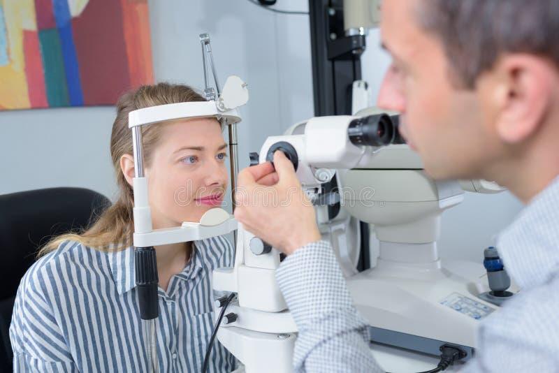 Νέα γυναίκα που έχει τη δοκιμή ματιών γίνοντη στοκ εικόνα με δικαίωμα ελεύθερης χρήσης