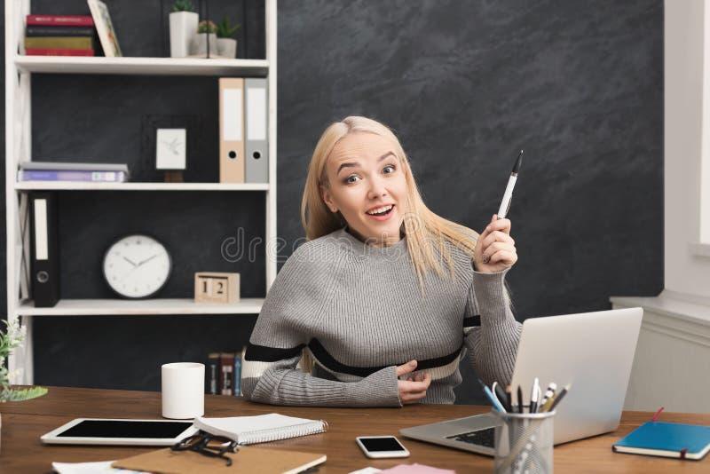 Νέα γυναίκα που έχει τη μεγάλη ιδέα στο γραφείο στοκ φωτογραφία με δικαίωμα ελεύθερης χρήσης
