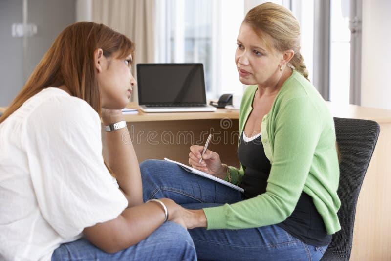 Νέα γυναίκα που έχει τη σύνοδο παροχής συμβουλών στοκ φωτογραφία