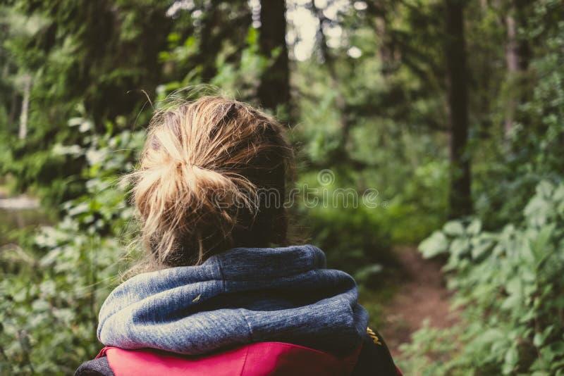 νέα γυναίκα που απολαμβάνει τα ίχνη φύσης στοκ εικόνες