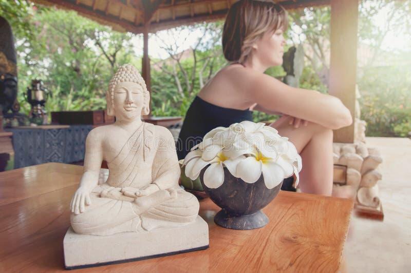 Νέα γυναίκα που απολαμβάνει τη χαλάρωση στις διακοπές στοκ φωτογραφία