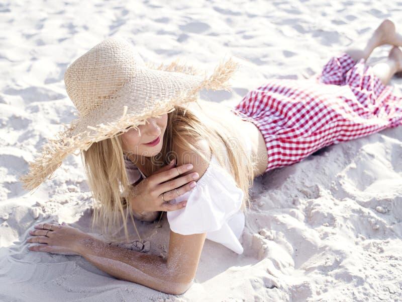 Νέα γυναίκα που απολαμβάνει το καλοκαίρι στοκ φωτογραφία με δικαίωμα ελεύθερης χρήσης