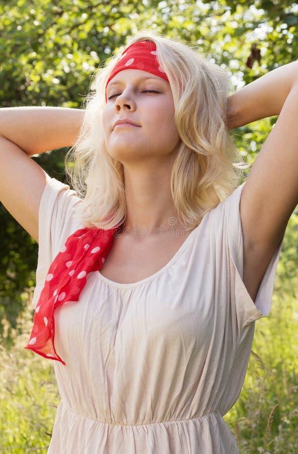 Νέα γυναίκα που απολαμβάνει το καλοκαίρι στοκ εικόνες