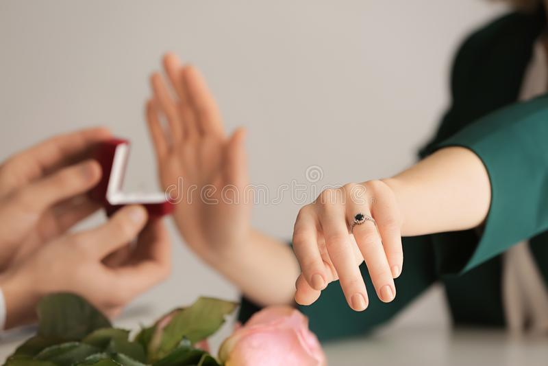 Νέα γυναίκα που απορρίπτει την πρόταση γάμου επειδή είναι ήδη δεσμευμένη στοκ φωτογραφία με δικαίωμα ελεύθερης χρήσης