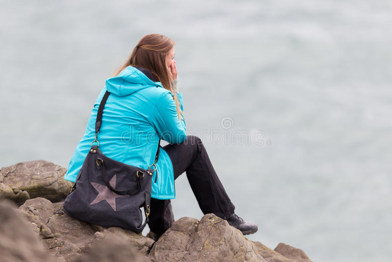 Νέα γυναίκα που απολαμβάνει το ισλανδικό τοπίο στοκ φωτογραφία
