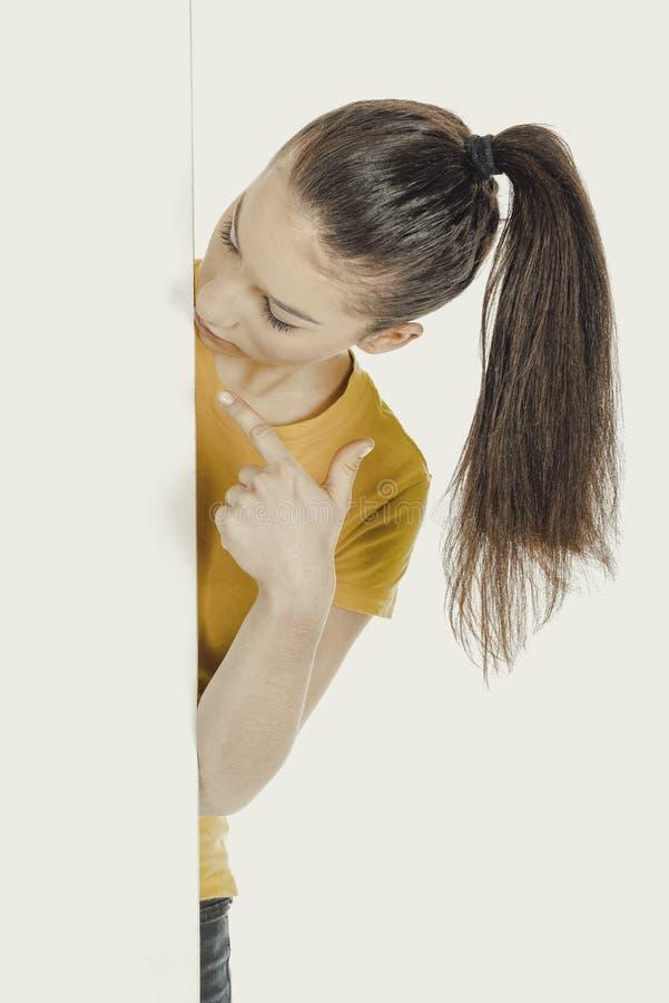 Νέα γυναίκα που δείχνει στον κενό πίνακα στοκ εικόνες με δικαίωμα ελεύθερης χρήσης