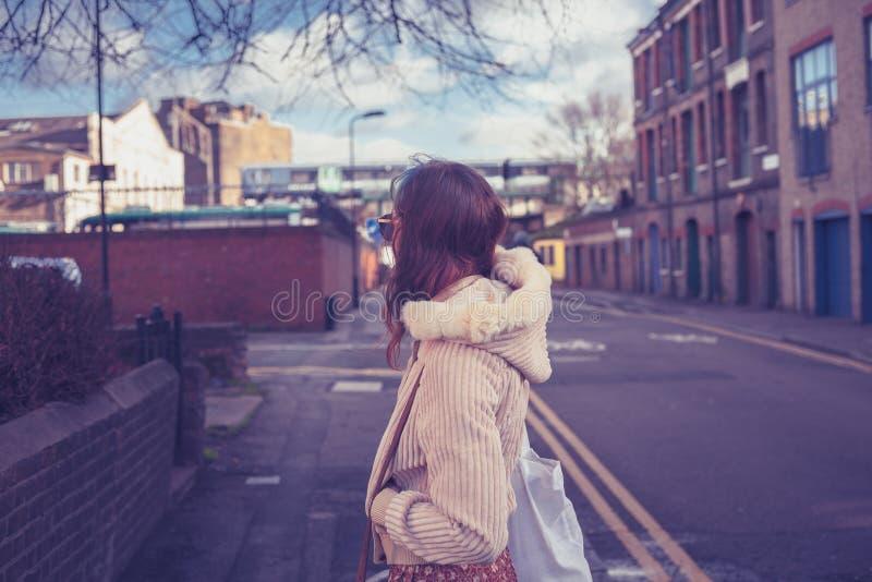 Νέα γυναίκα που εξετάζει τη γραμμή οδών και σιδηροδρόμων στοκ εικόνα με δικαίωμα ελεύθερης χρήσης