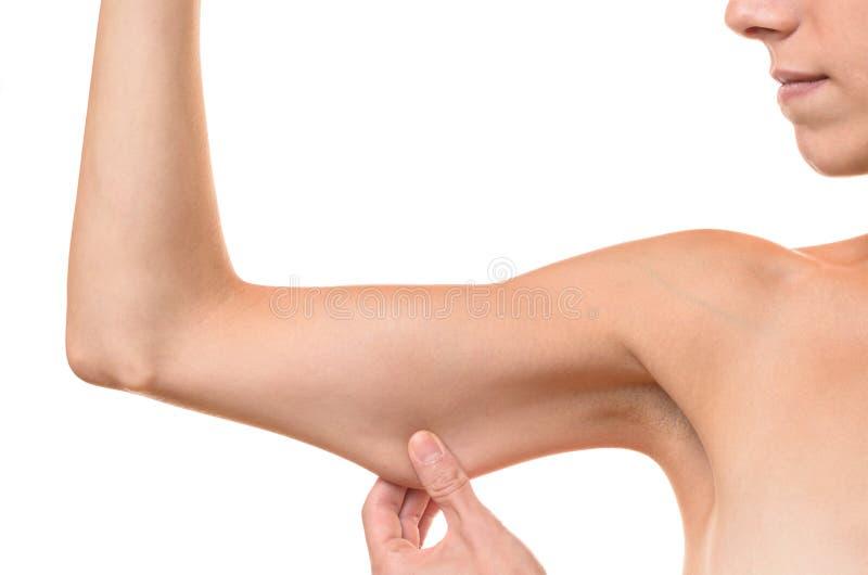 Νέα γυναίκα που επιδεικνύει το χαλαρό δέρμα στοκ φωτογραφία με δικαίωμα ελεύθερης χρήσης