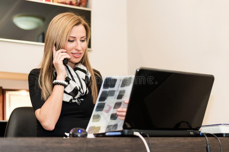 Νέα γυναίκα που εργάζεται με έναν υπολογιστή στοκ φωτογραφία με δικαίωμα ελεύθερης χρήσης