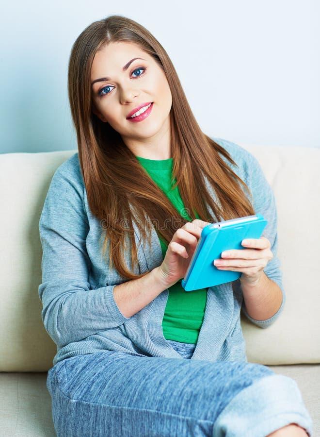 Νέα γυναίκα που εργάζεται με το PC ταμπλετών, μαξιλάρι στο σπίτι Θηλυκό μοντέλο στοκ φωτογραφίες με δικαίωμα ελεύθερης χρήσης