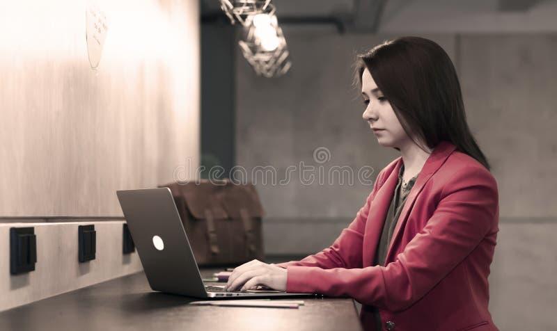 Νέα γυναίκα που εργάζεται στον ξύλινο μετρητή φραγμών στοκ φωτογραφία με δικαίωμα ελεύθερης χρήσης