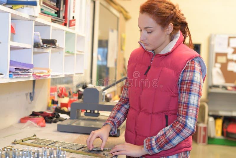 Νέα γυναίκα που εργάζεται στο ταχυδρομείο στοκ φωτογραφία με δικαίωμα ελεύθερης χρήσης