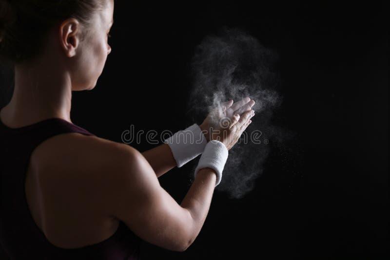 Νέα γυναίκα που εφαρμόζει τη σκόνη κιμωλίας στοκ εικόνα