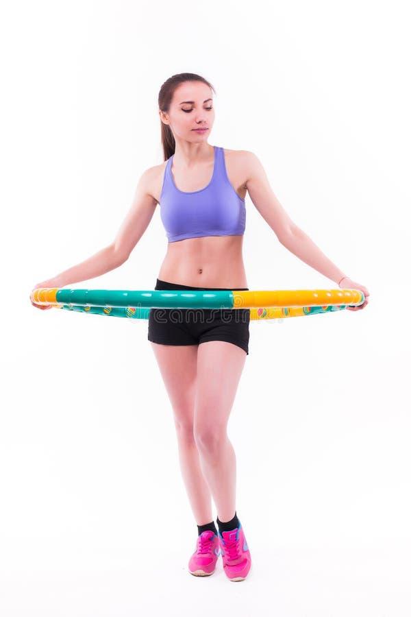 Νέα γυναίκα που κάνει τις ασκήσεις με τη στεφάνη στοκ εικόνα με δικαίωμα ελεύθερης χρήσης