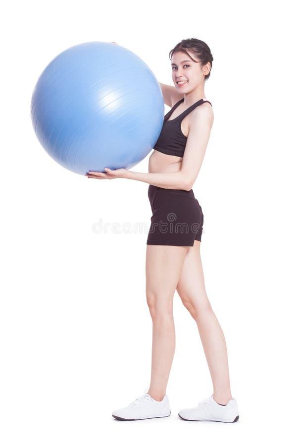 Νέα γυναίκα που κάνει τις ασκήσεις με τη σφαίρα ικανότητας στοκ φωτογραφίες με δικαίωμα ελεύθερης χρήσης