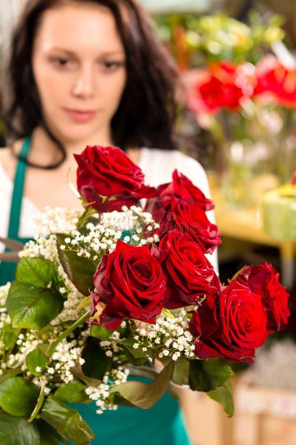 Νέα γυναίκα που κάνει το κατάστημα ανθοκόμων ανθοδεσμών λουλουδιών στοκ εικόνα με δικαίωμα ελεύθερης χρήσης