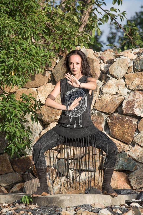Νέα γυναίκα που κάνει το shamanic χορό στη φύση στοκ εικόνες